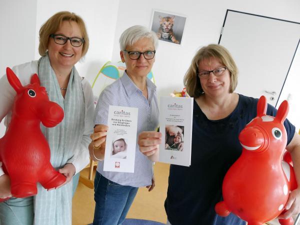 v.r. Susanne Thomas-Wagener und Cornelia Köllner vom Caritasverband freuen sich gemeinsam mit der Koordinatorin vom Familiennetzwerk Bettina Stilter über das wertvolle Angebot (Foto: RN)