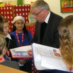 Der Weihbischof im intensiven Gespräch mit den kleinen Nachwuchsjournalisten.