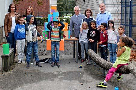 Ruhr Nachrichten, von rechts: Daniel Arnold (Schulverwaltung), Margret Banken-Konrad, Jürgen Grundmann (Schulverwaltung), Iris Lüken (Schulleitung), Sandra Ruiz (Schulverwaltung)