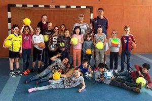 Das Interesse an den ersten Ballschulkursen war groß. Hier die Kinder des zweiten Schnupperkurses an der Leo- und Osterfeldschule zusammen mit den Erzieherinnen Andrea Blanke-Piepenkötter (Leoschule), Helena Reichardt (Osterfeldschule) und Michael Gössing (MiMa Sports).
