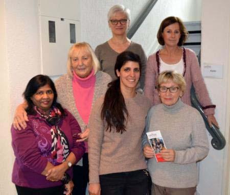 Foto: Sonntagskurier - Banu Arslan (3. von links) und Margret Banken-Konrad (oben rechts) freuen sich mit den Ehrenamtlichen auf die Schulung von Cornelia Köllner (oben links). Drei der insgesamt acht Ehrenamtlichen sind auf dem Foto zu sehen: Daisy Bastiampillai (links) Ingrid Fiedrichs (2. von links) und Anita Wulf (rechts).