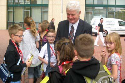 Bürgermeister Stodolick.empfängt seine kleinen Gäste direkt auf dem Marktplatz