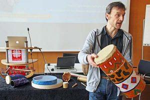 Der Mann mit den Trommeln: Der Musikpädagoge Christoph Studer wird in den Ferien mit Jungen im Grundschulalter Instrumente bauen. (Foto: Julius Schwerdt/Caritasi)