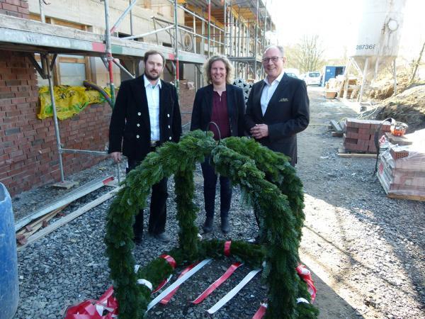 v.l.: Dachdeckermeister Vennemann, Architektin Linnemannstöns, Caritasvorstand Benstein