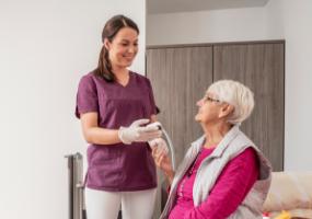 Altenpflegerin bei der Arbeit mit Seniorin