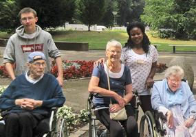Ehrenamtliche bei der Seniorenbetreuung