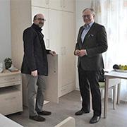 Caritasvorstand Hans-Peter Benstein und Einrichtungsleiter Benjamin Lisci im Musterzimmer