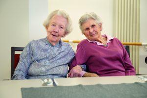 Zwei Seniorinnen im Altenwohnhaus