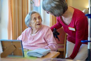 Seniorin und Pflegekraft