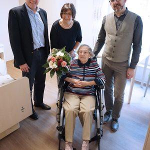 Erste Bewohnerin Herta Nickel mit Caritasvorstand Hans-Peter Benstein, Einrichtungsleiter Benjamin Lisci und Heimeinzugsmanagerin Marita Pechr