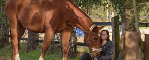 Andrea Plogmaker mit ihrem Pferd